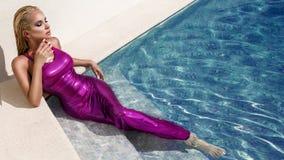 Το όμορφο θηλυκό πρότυπο που ντύνεται στις μακριές εσθήτες βραδιού, βρίσκεται στη λίμνη Στοκ Εικόνα