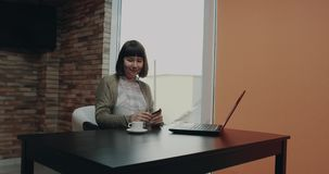 Το όμορφο θηλυκό στο γραφείο εργασίας της χρησιμοποίησε την πιστωτική κάρτα και τη διαταγή της κάτι από το lap-top 4K απόθεμα βίντεο