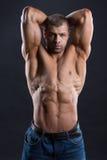 Το όμορφο ισχυρό bodybuilder με την πρύμνη κοιτάζει στοκ φωτογραφίες με δικαίωμα ελεύθερης χρήσης