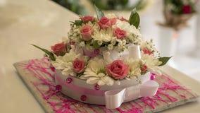 Το όμορφο κέικ που γίνεται από τα ζωηρόχρωμα λουλούδια Στοκ Εικόνες