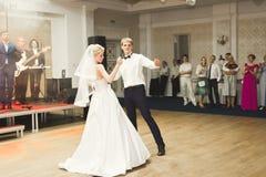 Το όμορφο καυκάσιο γαμήλιο ζεύγος πάντρεψε ακριβώς και χορεύοντας ο πρώτος χορός τους Στοκ Εικόνες