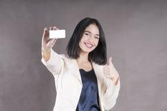 Το όμορφο κορίτσι άντεξε τα στηρίγματα μάρκετινγκ στούντιο επαγγελματικών καρτών Στοκ φωτογραφίες με δικαίωμα ελεύθερης χρήσης