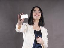 Το όμορφο κορίτσι άντεξε τα στηρίγματα στούντιο επαγγελματικών καρτών Στοκ Φωτογραφίες