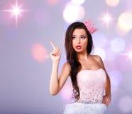 Το όμορφο κορίτσι έντυσε δεδομένου ότι μια πριγκήπισσα παρουσιάζει κείμενό σας στοκ φωτογραφία με δικαίωμα ελεύθερης χρήσης