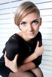 Το όμορφο κορίτσι αγκαλιάζεται όπλα Στοκ εικόνα με δικαίωμα ελεύθερης χρήσης
