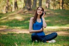 το όμορφο κορίτσι ακούει Στοκ φωτογραφίες με δικαίωμα ελεύθερης χρήσης