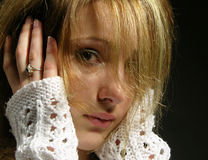 το όμορφο κορίτσι ανησύχησε τις νεολαίες Στοκ φωτογραφία με δικαίωμα ελεύθερης χρήσης
