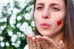 Το όμορφο κορίτσι από τον Καναδά στέλνει ένα φιλί Στοκ εικόνα με δικαίωμα ελεύθερης χρήσης