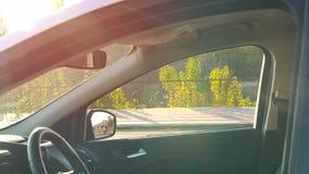 Το όμορφο κορίτσι βάζει ένα παλτό στο κάθισμα αυτοκινήτων και παίρνει στο αυτοκίνητο, στερεώνει τη ζώνη ασφαλείας, για να οδηγήσε απόθεμα βίντεο