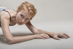 το όμορφο κορίτσι βρίσκεται σεξουαλικά στο πάτωμα στο εσώρουχό της Στοκ Εικόνες