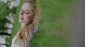 Το όμορφο κορίτσι βρίσκεται στο πορφυρές ακρωτήριο και τη χαλάρωση απόθεμα βίντεο