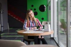 Το όμορφο κορίτσι γράφει σε χαρτί Στοκ εικόνες με δικαίωμα ελεύθερης χρήσης