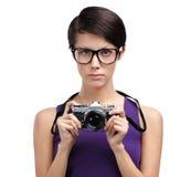 Το όμορφο κορίτσι δίνει την αναδρομική φωτογραφική φωτογραφική μηχανή Στοκ φωτογραφία με δικαίωμα ελεύθερης χρήσης
