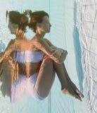 Το όμορφο κορίτσι είναι κάτω από το νερό Στοκ Εικόνες