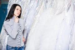 Το όμορφο κορίτσι επιλέγει το γαμήλιο φόρεμά της Πορτρέτο στο νυφικό sa Στοκ Φωτογραφίες