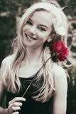 Το όμορφο κορίτσι εφήβων με αυξήθηκε στοκ εικόνες