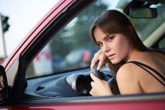 Το όμορφο κορίτσι κάθεται πίσω από τη ρόδα κοιτάζοντας έξω Στοκ φωτογραφίες με δικαίωμα ελεύθερης χρήσης