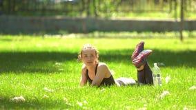 Το όμορφο κορίτσι κάνει τη γιόγκα στο πάρκο φιλμ μικρού μήκους