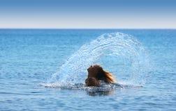 το όμορφο κορίτσι κάνει τους παφλασμούς Στοκ Φωτογραφίες