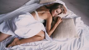 Το όμορφο κορίτσι κοιμισμένο στην κρεβατοκάμαρα βλέπει τα όνειρα απόθεμα βίντεο