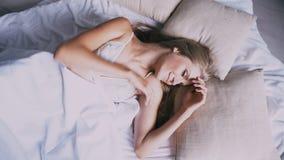 Το όμορφο κορίτσι κοιμισμένο στην κρεβατοκάμαρα βλέπει τα όνειρα φιλμ μικρού μήκους