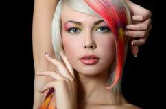 Το όμορφο κορίτσι με μια φωτεινή σύνθεση και πολύχρωμο σκέλος στο τρίχωμα στοκ φωτογραφία με δικαίωμα ελεύθερης χρήσης