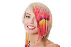 Το όμορφο κορίτσι με μια φωτεινή σύνθεση και πολύχρωμο σκέλος στην τρίχα στοκ εικόνες με δικαίωμα ελεύθερης χρήσης