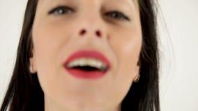 Το όμορφο κορίτσι με τα κόκκινα χείλια στέλνει το φιλί αέρα απόθεμα βίντεο