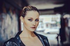 Το όμορφο κορίτσι με τα μπλε μάτια κλείνει επάνω Στοκ Εικόνες