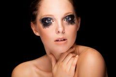 Το όμορφο κορίτσι με τη μόδα που φωνάζει αποτελεί και μπλε μάτια Στοκ Φωτογραφίες