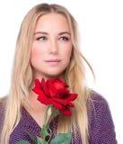Το όμορφο κορίτσι με το κόκκινο αυξήθηκε Στοκ φωτογραφίες με δικαίωμα ελεύθερης χρήσης