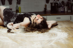Το όμορφο κορίτσι με το makeup βάζει στον πίνακα Στοκ Φωτογραφίες