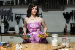 Το όμορφο κορίτσι με το makeup κρατά cupcakes στα χέρια Στοκ Φωτογραφίες