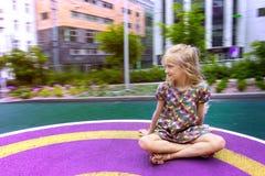 Το όμορφο κορίτσι οδηγά σε μια ταλάντευση Στοκ φωτογραφία με δικαίωμα ελεύθερης χρήσης