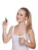 Το όμορφο κορίτσι ο ξανθός με έναν πράσινο δείκτη Στοκ Εικόνες