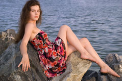 το όμορφο κορίτσι πέρα από τ&eta Στοκ φωτογραφία με δικαίωμα ελεύθερης χρήσης