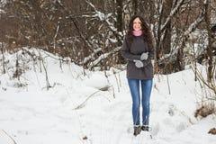 Το όμορφο κορίτσι παγώνει το χειμώνα Στοκ Φωτογραφίες