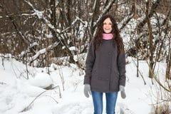 Το όμορφο κορίτσι παγώνει το χειμώνα Στοκ φωτογραφία με δικαίωμα ελεύθερης χρήσης