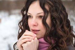 Το όμορφο κορίτσι παγώνει το χειμώνα Στοκ φωτογραφίες με δικαίωμα ελεύθερης χρήσης