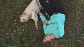 Το όμορφο κορίτσι περπατά με το σκυλί στο δάσος απόθεμα βίντεο