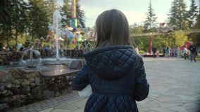 Το όμορφο κορίτσι περπατά με το φιλαράκο της, μια teddy αρκούδα, σε ένα εύθυμο πάρκο σε σε αργή κίνηση απόθεμα βίντεο