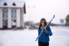 Το όμορφο κορίτσι πηγαίνει να κάνει σκι Στοκ Εικόνες