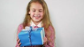 Το όμορφο κορίτσι πιάνει ένα δώρο που πέφτει άνωθεν φιλμ μικρού μήκους