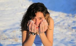 Το όμορφο κορίτσι πλένει από το χιόνι