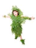 Το όμορφο κορίτσι που ντύνεται στο πράσινο φυτό βγάζει φύλλα Στοκ Φωτογραφία