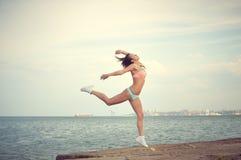 Το όμορφο κορίτσι που φορά το μπικίνι στο arabesque θέτει επάνω Στοκ εικόνες με δικαίωμα ελεύθερης χρήσης