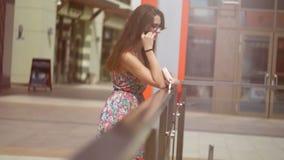 Το όμορφο κορίτσι που χαμογελά, σε ένα αστικό περιβάλλον φιλμ μικρού μήκους