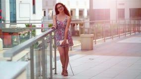 Το όμορφο κορίτσι που χαμογελά, σε ένα αστικό περιβάλλον απόθεμα βίντεο