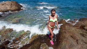 Το όμορφο κορίτσι προκύπτει από τη θάλασσα στην ακτή απόθεμα βίντεο