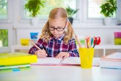 Το όμορφο κορίτσι στα γυαλιά μαθαίνει στο σχολείο Στοκ εικόνες με δικαίωμα ελεύθερης χρήσης